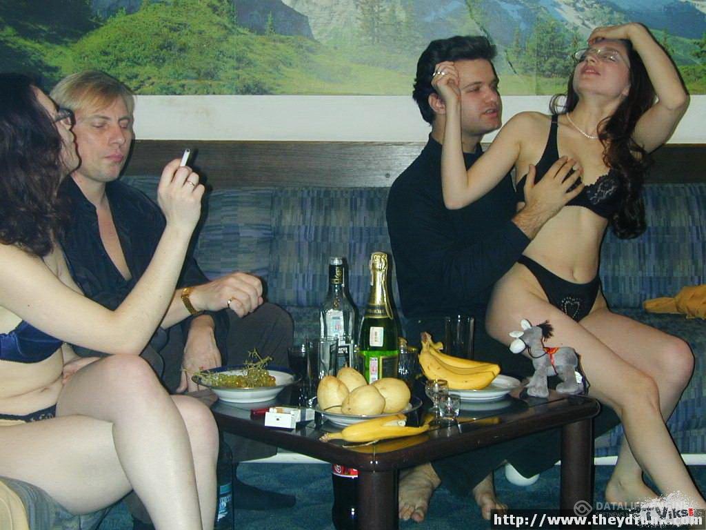 молодые блондинки свингер вечеринка с уставшими матросами которая
