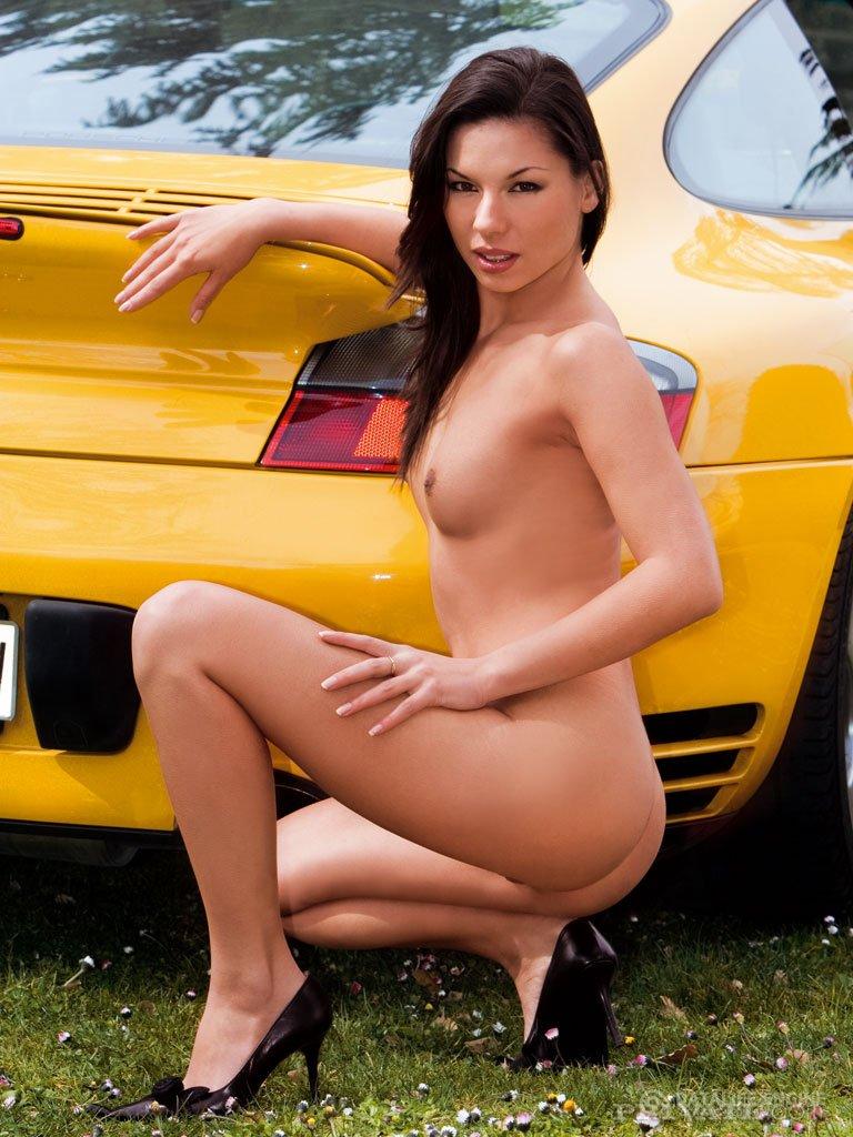 Девочка ебется во всех позах камасутры в пизду на фоне красивого авто