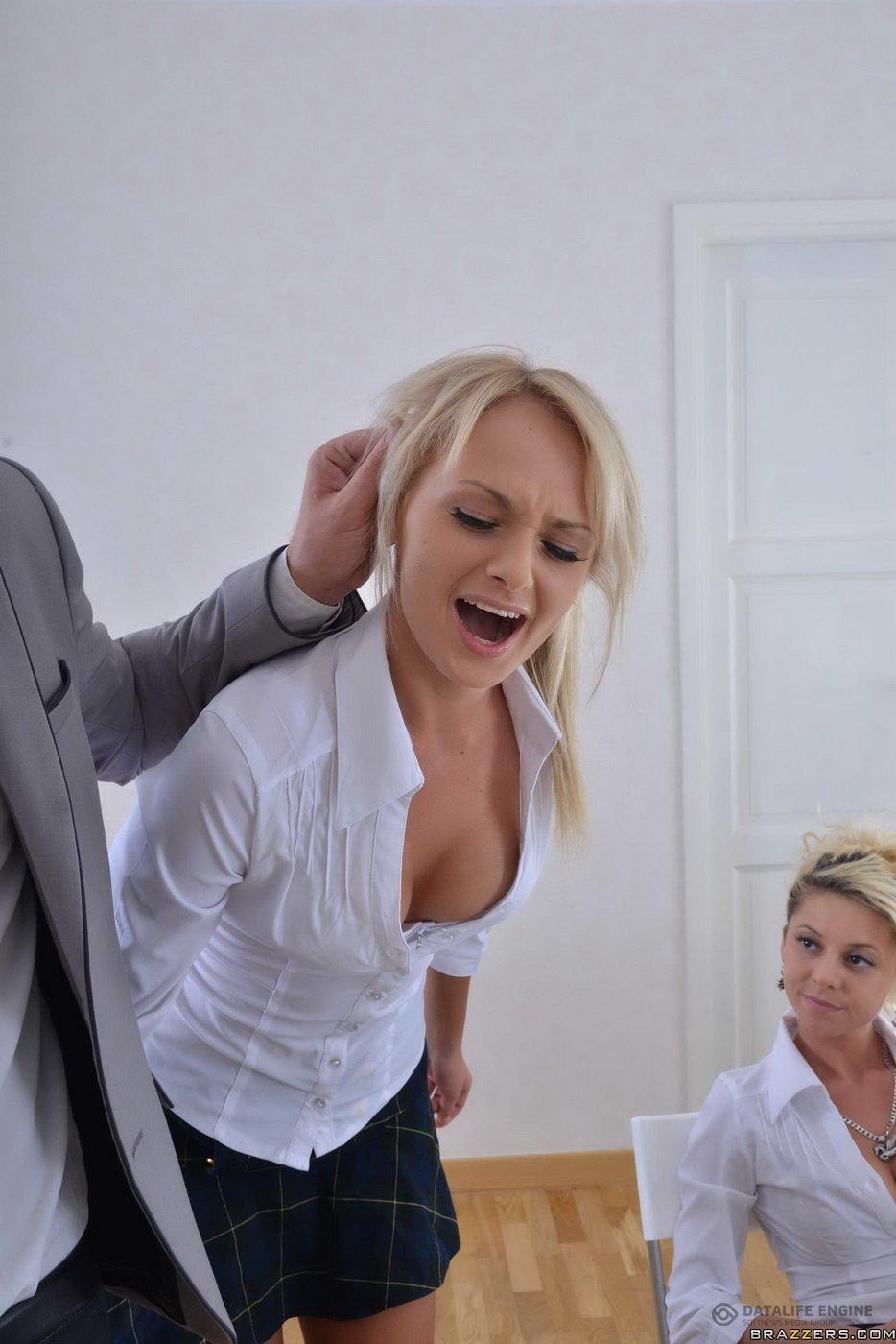 Смотреть парень трахает блондинку индивидуалки курск