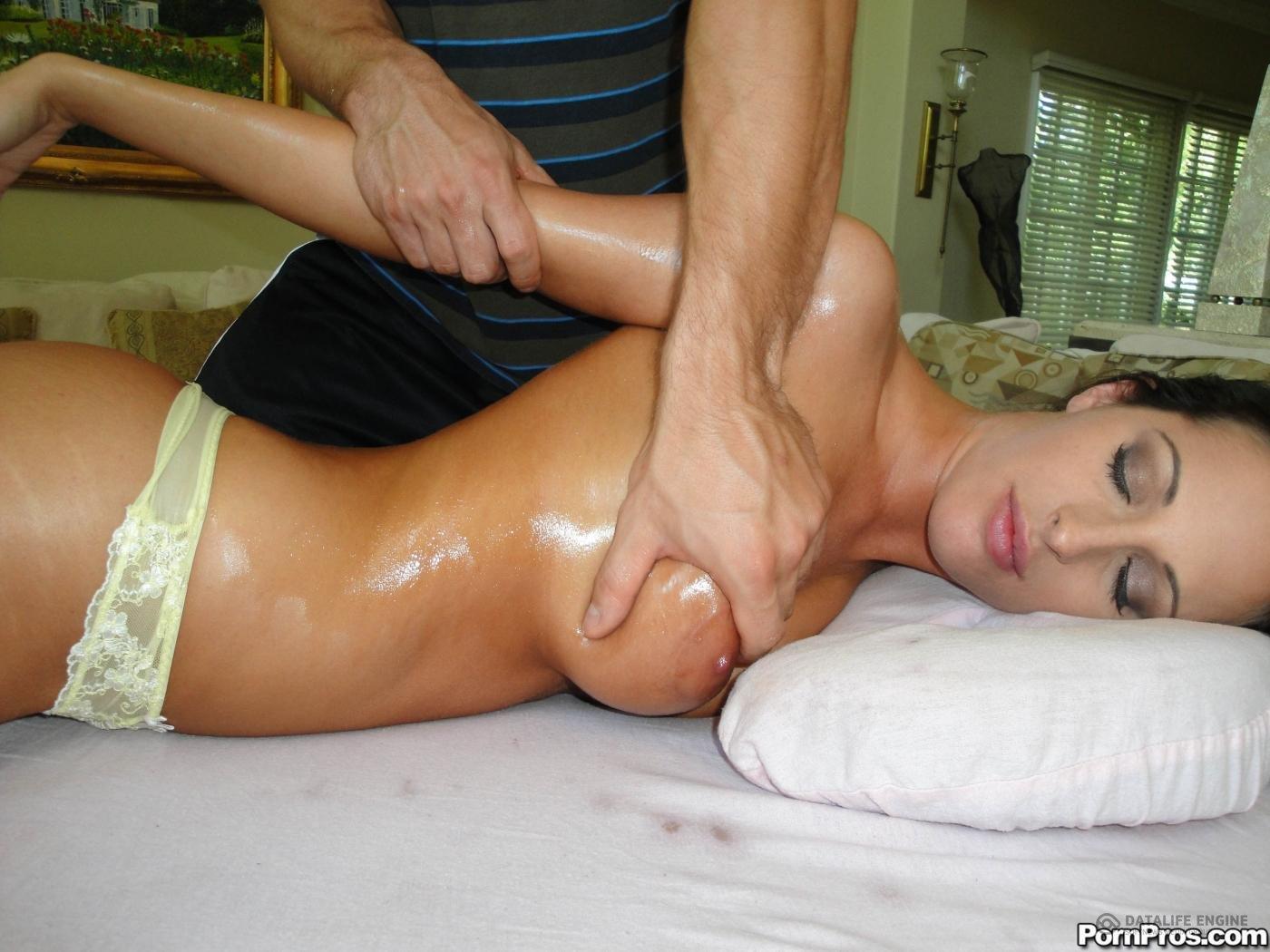 Молоденькая крошка трахается после эротического массажа в киску