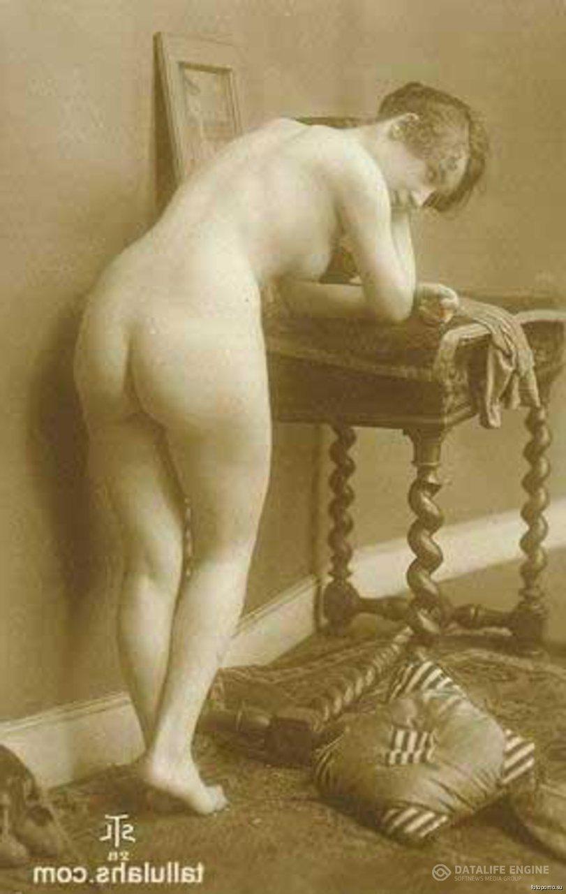 Ретро порно фото красивой развратной сучки делающей минет голой