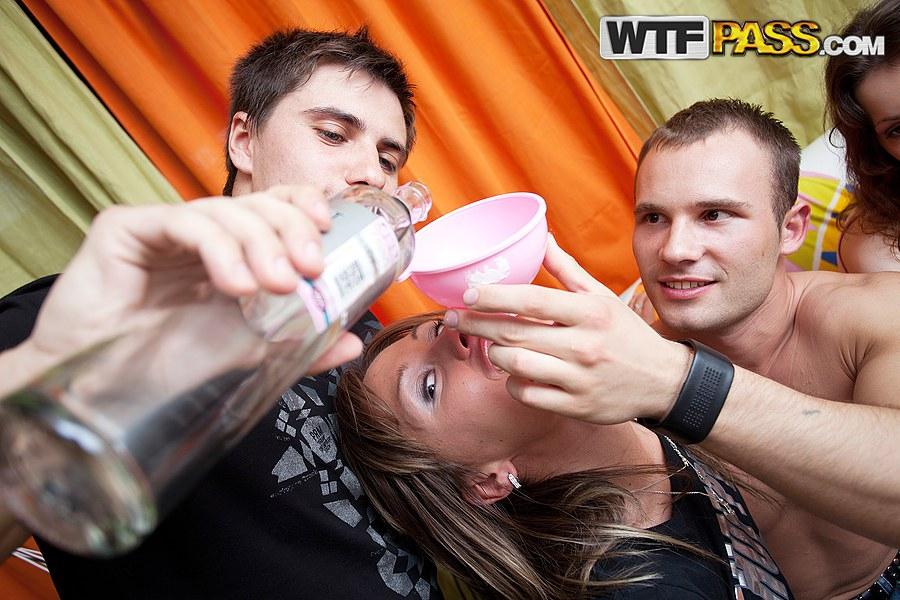 Пьяных сучек ебут на вечеринке