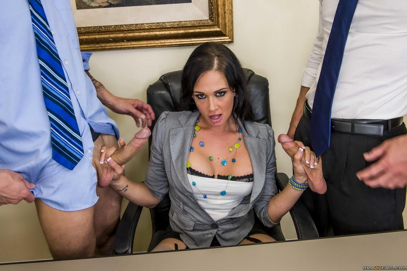 Секс с секретаршей с огромными сиськами втроем тренировке плаванию