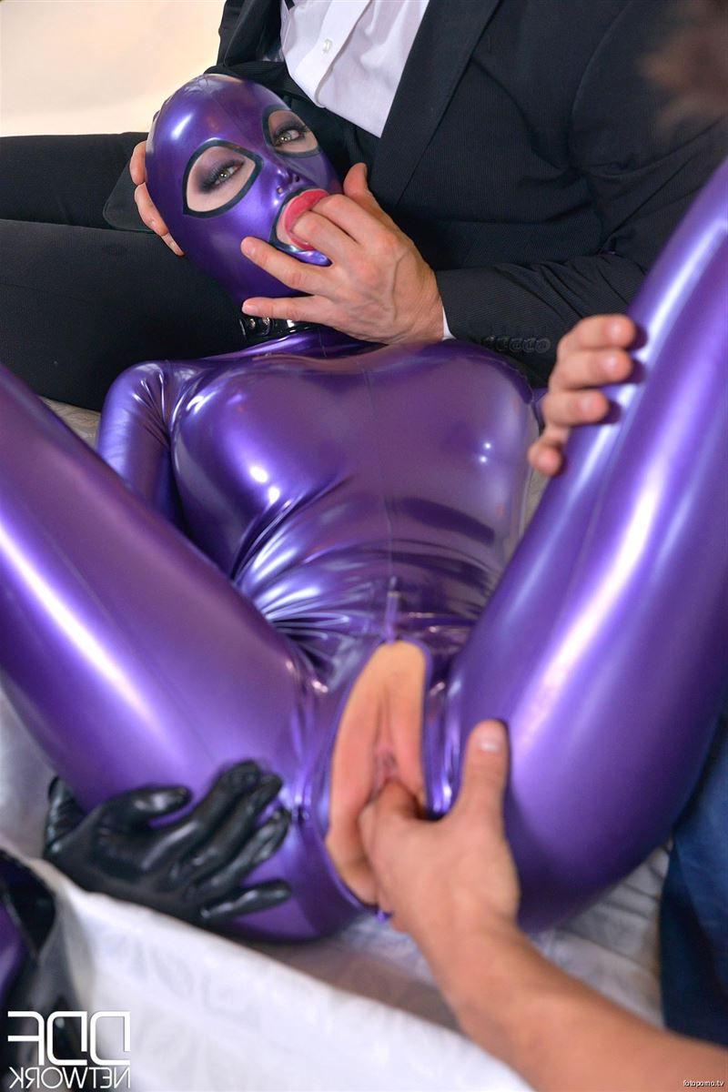 Сексапильная сучка в латексе - порно фото