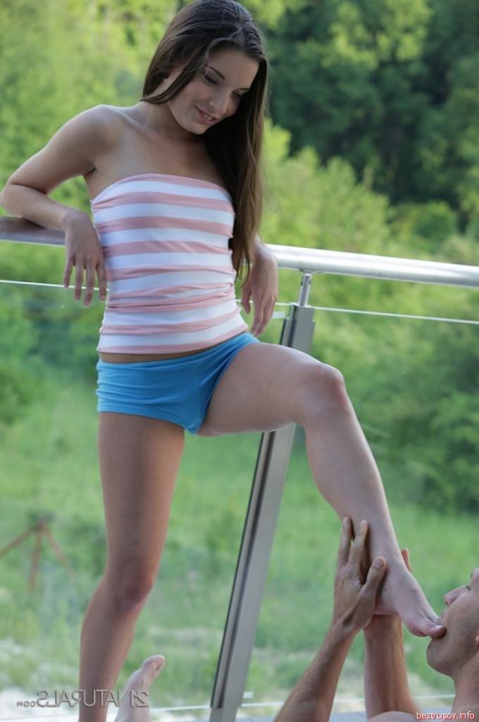 Красивая девушка занимается сексом на улице