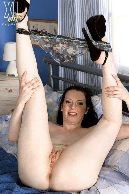 Толстые ножки мастурбируют
